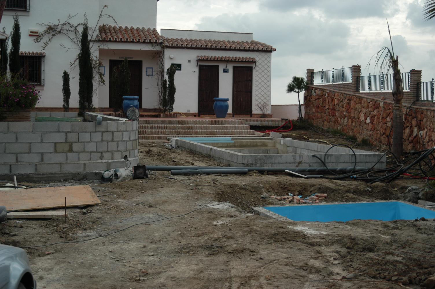 11  Pool mit Wassertank (rechts)