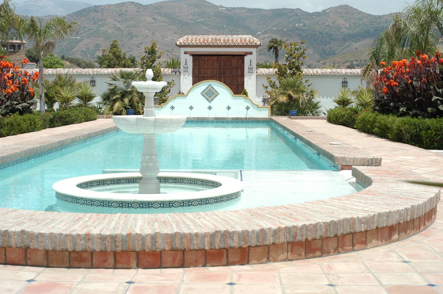 2 Springbrunnen, Brunnenrohre im Hintergrund