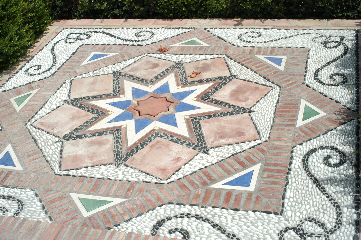 12 Mosaik vor dem Pool